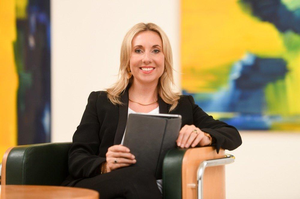 Photograph of Kultusstaatssekretärin Anna Stolz (© StMUK/ Tobias Hase)